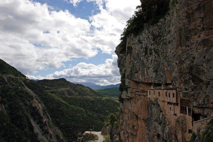 Ιερά Μονή Κηπίνας. Το μοναστήρι μέσα στο βράχο που προκαλεί δέος. Ένα από τα πιο εντυπωσιακά μοναστήρια τηςΕλλάδας